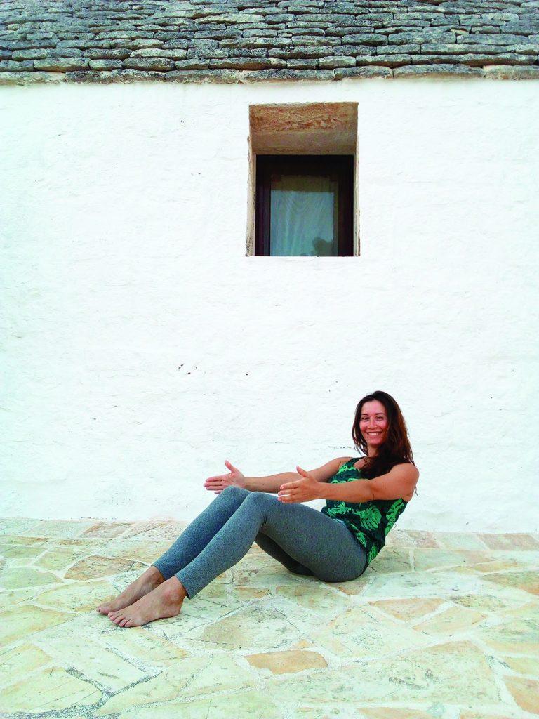 Valeria Loro Milan devant un trullo, en Italie du sud