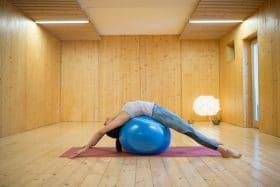 exercices de Pilates avec un gros ballon